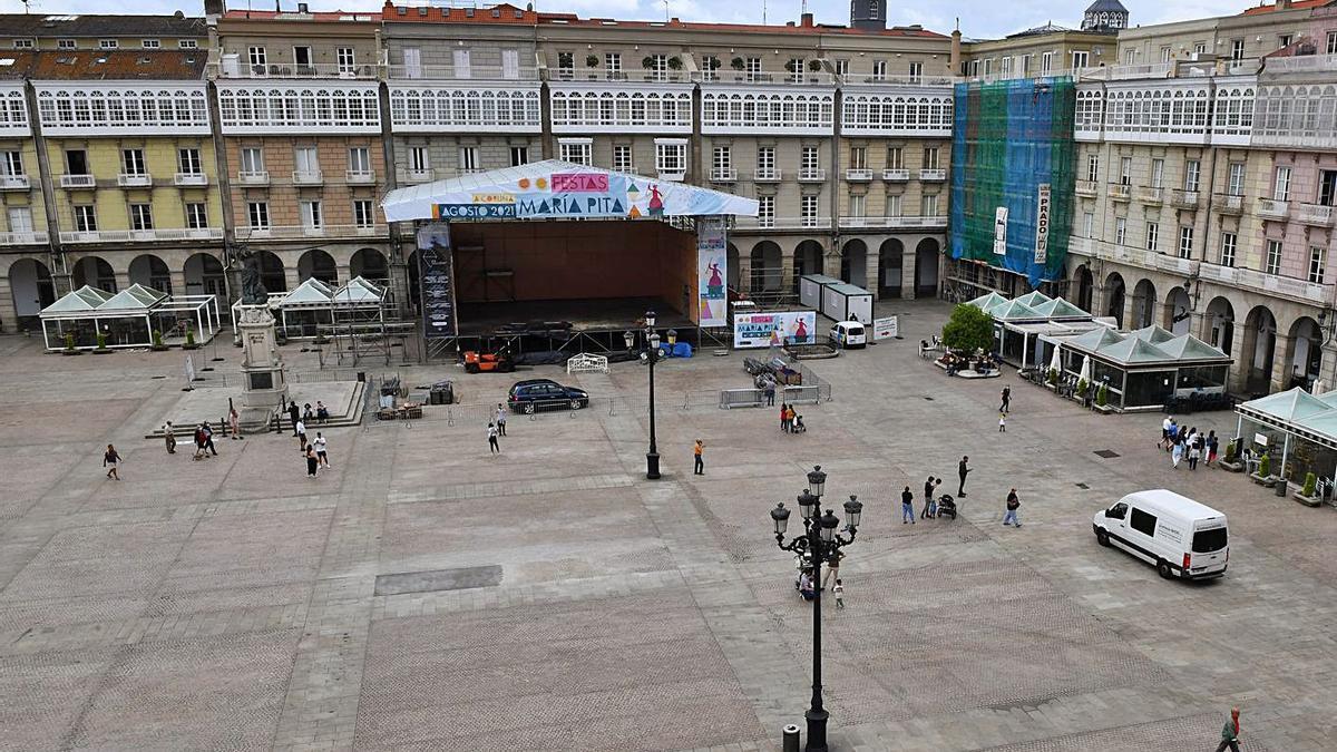 El escenario de las fiestas de María Pita, ya instalado en la plaza.  | // VÍCTOR ECHAVE