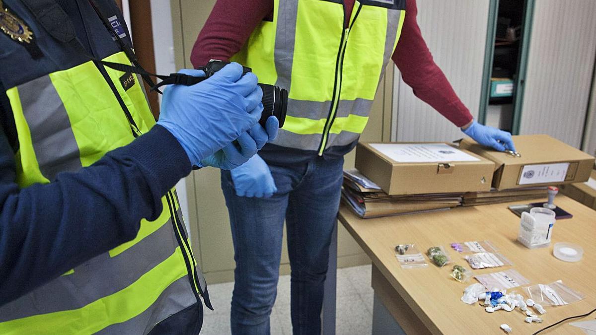 Efectivos del Grupo de Estupefacientes analizan drogas incautadas en registros en Zamora.