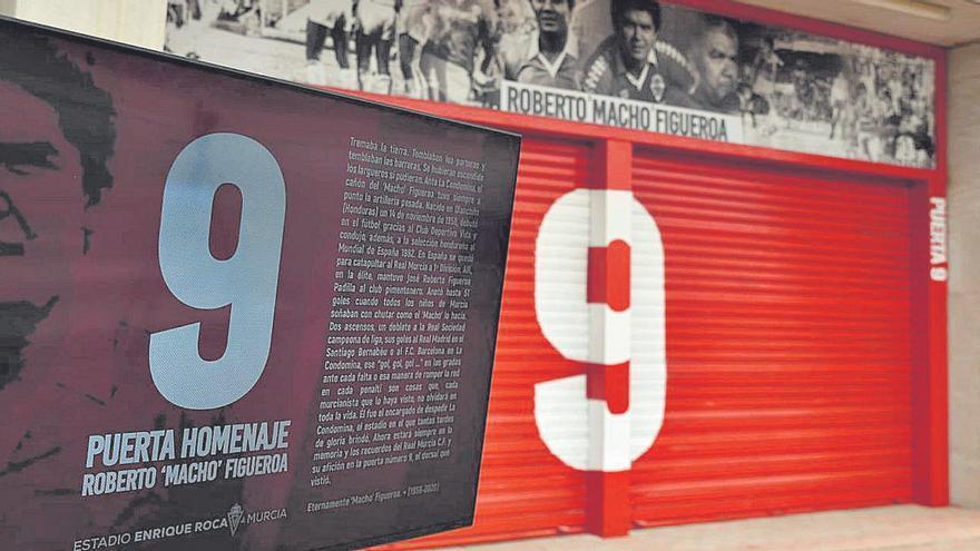 Homenaje a Macho Figueroa en la puerta '9'