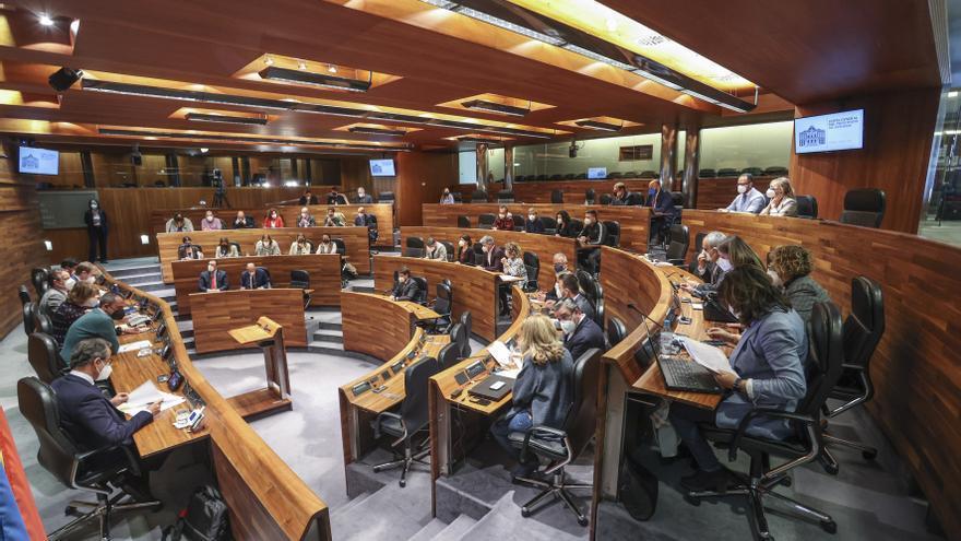 La Junta vuelve a enredarse con el uso de la llingua: más lío tras encallar la propuesta de que los diputados se traduzcan a sí mismos