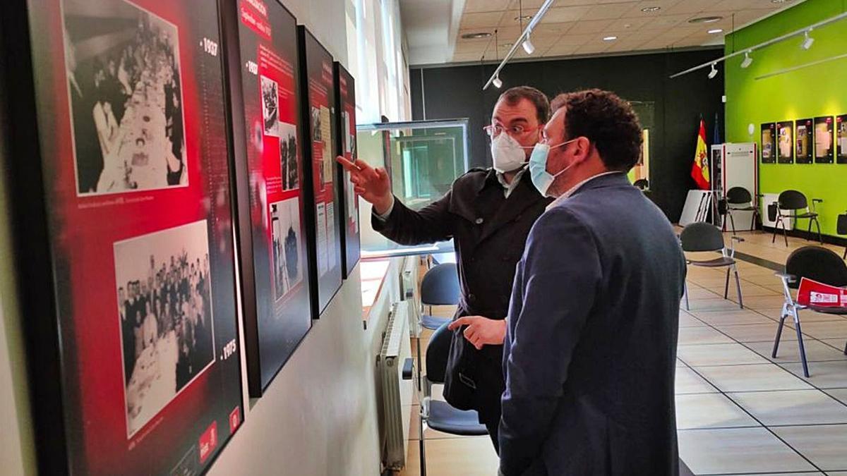Barbón, ayer, en la exposición, con Julio García de espaldas. | FSA