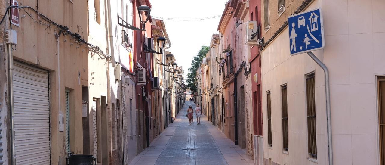 Calle La Cruz en el casco antiguo de Aspe.