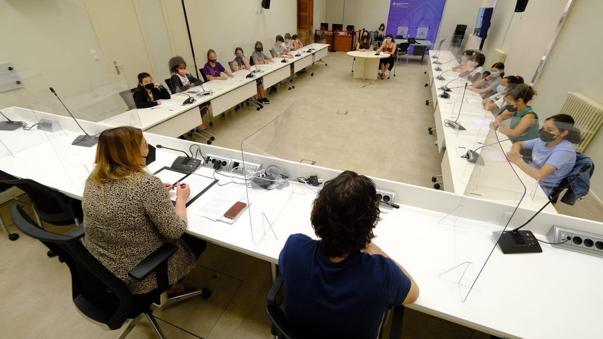 La reunió entre els representants de les escoles i els instituts i l'alcaldessa s'ha fet a la Sala de Plens