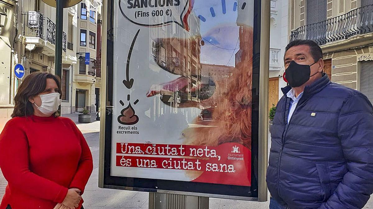 Gandia y Cuesta junto a uno de los carteles de la campaña de concienciación.  | LEVANTE-EMV