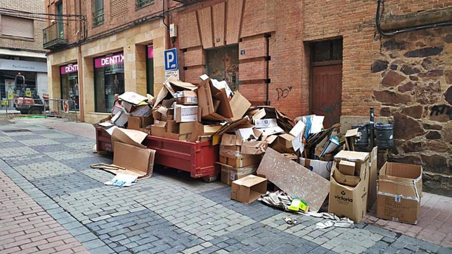 El Ayuntamiento pide a los comercios más diligencia en el depósito de cartón