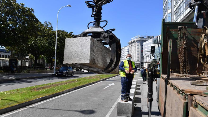 El Concello inicia la retirada de bloques para la peatonalización de la Marina