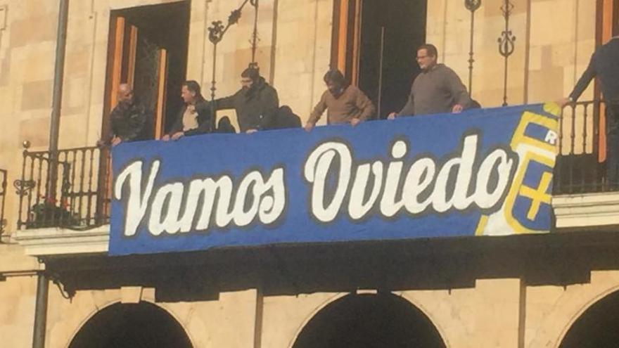 El Ayuntamiento de Oviedo despliega una pancarta de apoyo al Real Oviedo