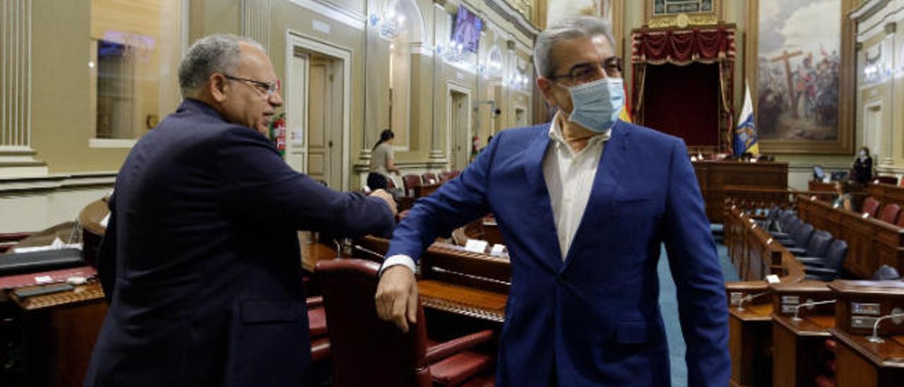 Casimiro Curbelo, portavoz de ASG y presidente del Cabildo gomero, saluda a Román Rodríguez en un pleno.