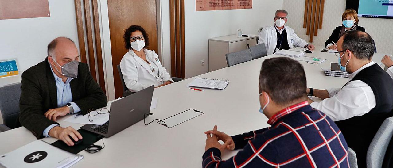 Participantes, ayer, en la reunión del patronato de la Fundación Hospital de Avilés.