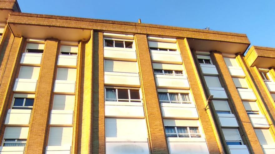 Un incendio en un sexto piso en Pola de Siero, de madrugada, deja un herido y una veintena de desalojados