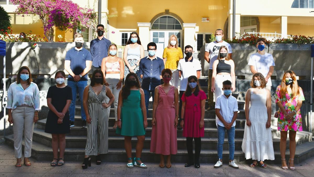 La alcaldesa de Mogán, Onalia Bueno (en el centro en primera fila) junto a los alumnos distinguidos.
