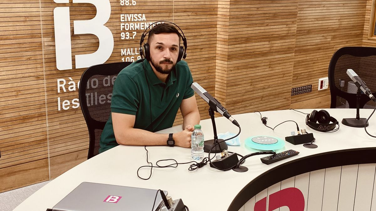 El psicòleg Enric Valls, durant una de les seves intervencions a la ràdio pública IB3