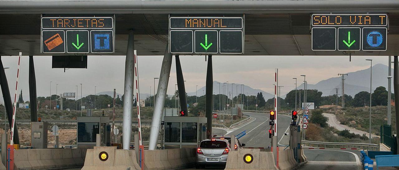 Peaje en uno de los accesos a la autopista de circunvalación de Alicante. | JOSE NAVARRO