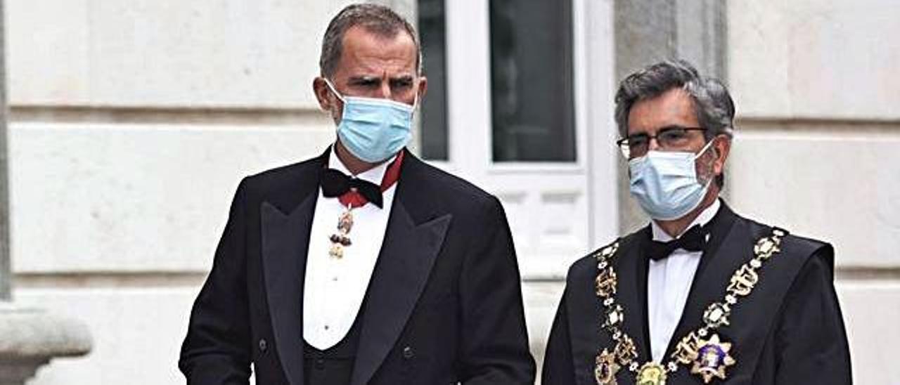 El rei Felipe VI i Carlos Lesmes, dilluns, a les portes del Suprem.