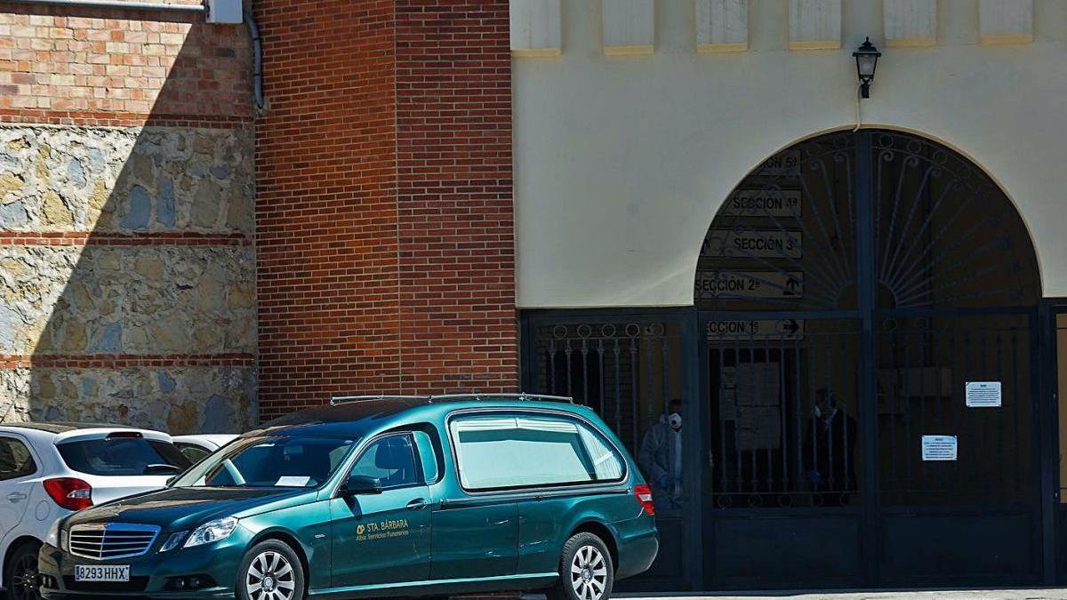 Un coche fúnebre sale del cementerio del Cabanyal, en València, el pasado 29 de marzo.