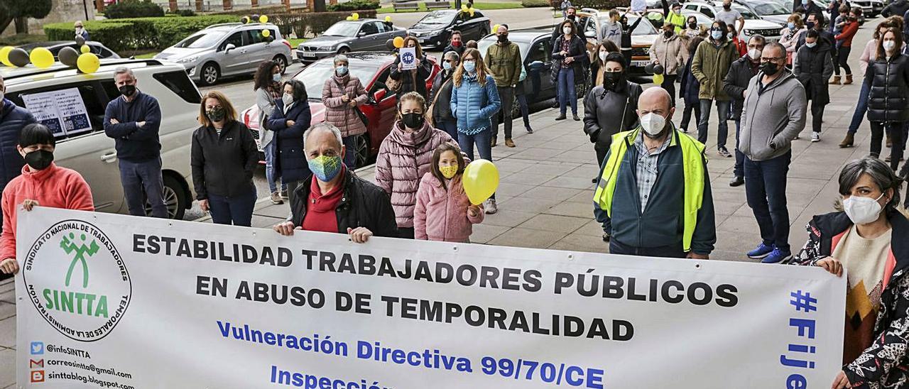 Parte de los interinos que llevaron ayer su protesta a las calles del centro de Oviedo. | Irma Collín