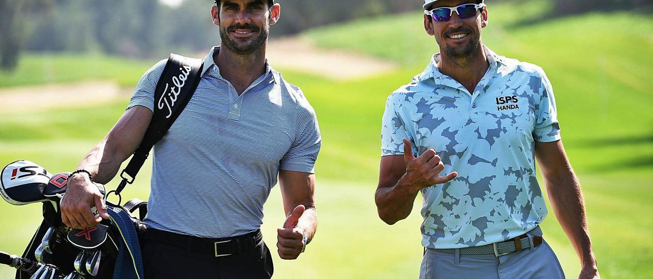 El golfista grancanario Rafa Cabrera Bello, a la derecha, acompañado de su hermano Miguel, durante estos días de práctica en el Meloneras Golf.     EUROPEAN TOUR