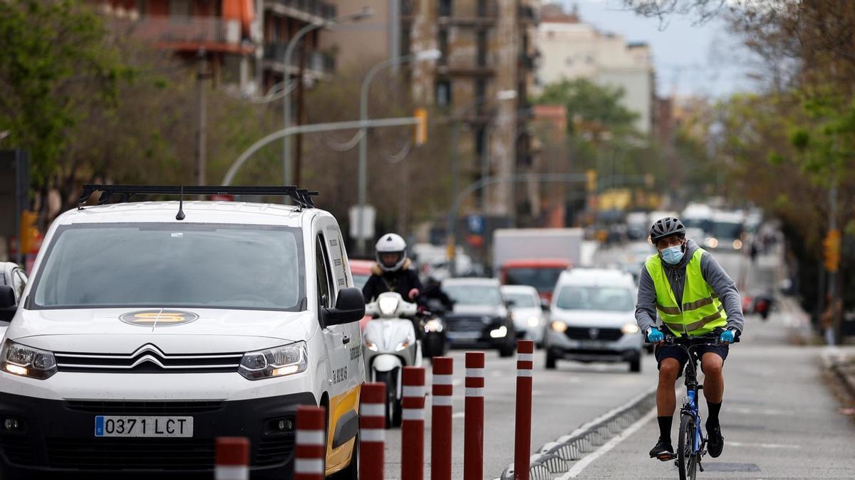 Un ciclista circulando por una vía urbana.