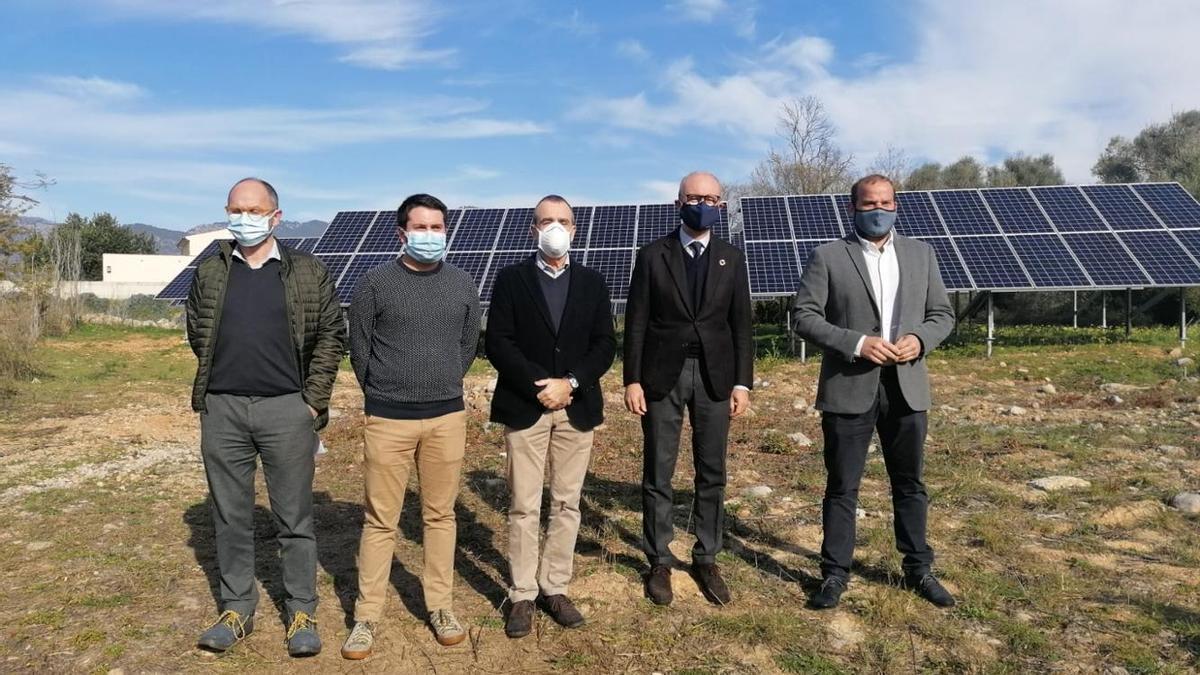 Las autoridades, este jueves frente a la nueva estación fotovoltaica instalada en la depuradora de Alaró.