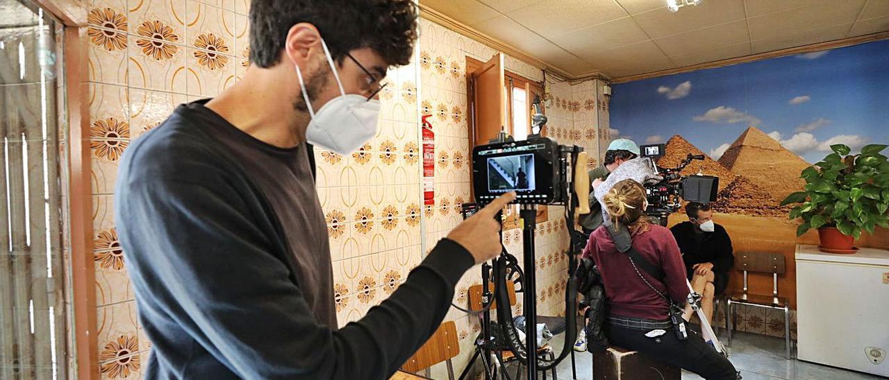 El cineasta revisa en la cámara una de las escenas que se rodaron en la jornada de ayer.