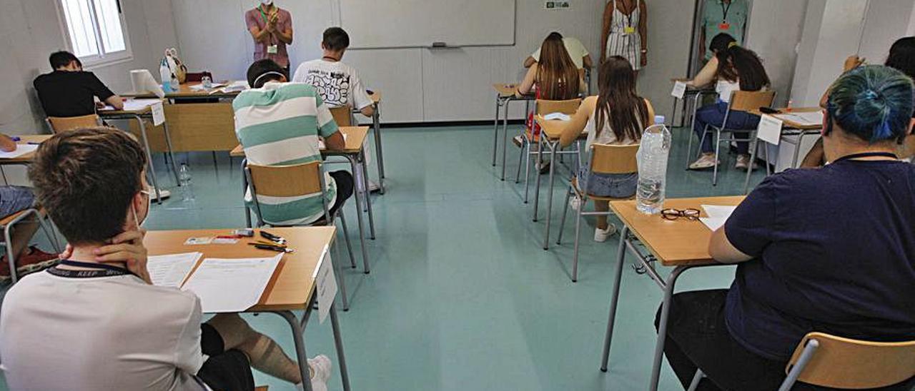 Alumnos durante un examen en el IES Merello. | DANI TORTAJADA