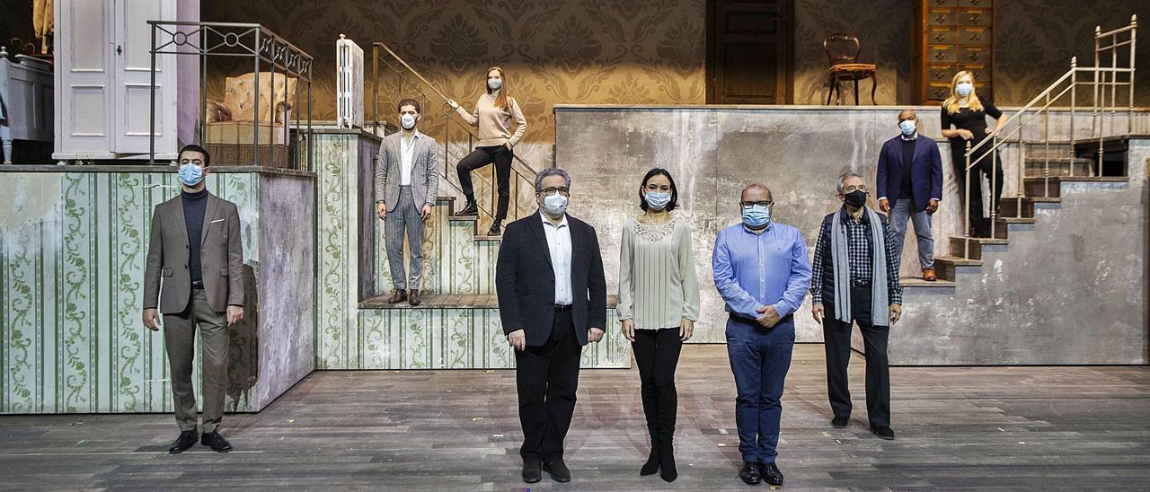 Carlo Rizzi y Jesús Iglesias con el reparto de «La Cenerentola». germán caballero
