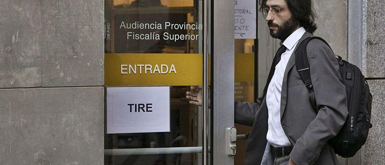 """Alejandro Cabaleiro accede a la Audiencia Provincial durante la celebración del juicio del """"Caso Niemeyer""""."""