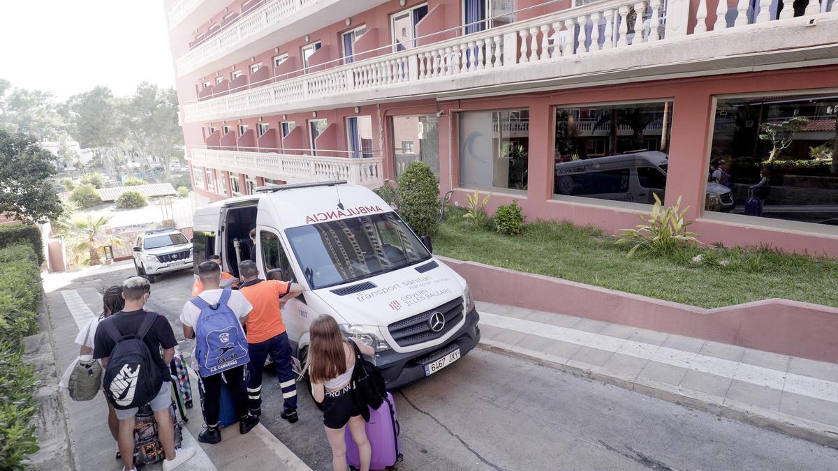 Traslado de jóvenes afectados por el macrobrote al hotel puente Bellver para pasar la cuarentena.