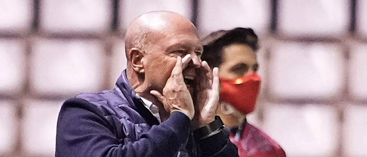 Pepe Mel, entrenador de la UD Las Palmas, ayer, a voces en El Plantío.     LOF