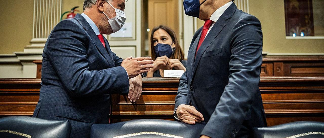 El presidente, Ángel Víctor Torres y el consejero de Hacienda, Román Rodríguez, en el pleno del Parlamento.
