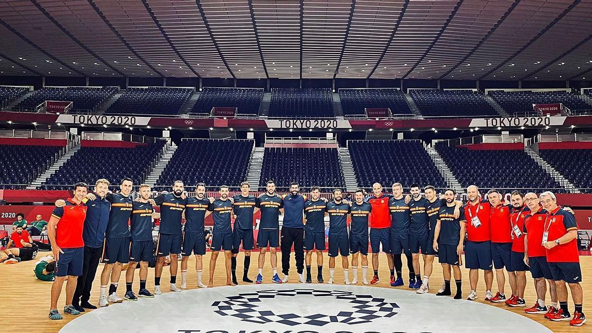 La selección española, ayer en el escenario del torneo de balonmano. // FDV