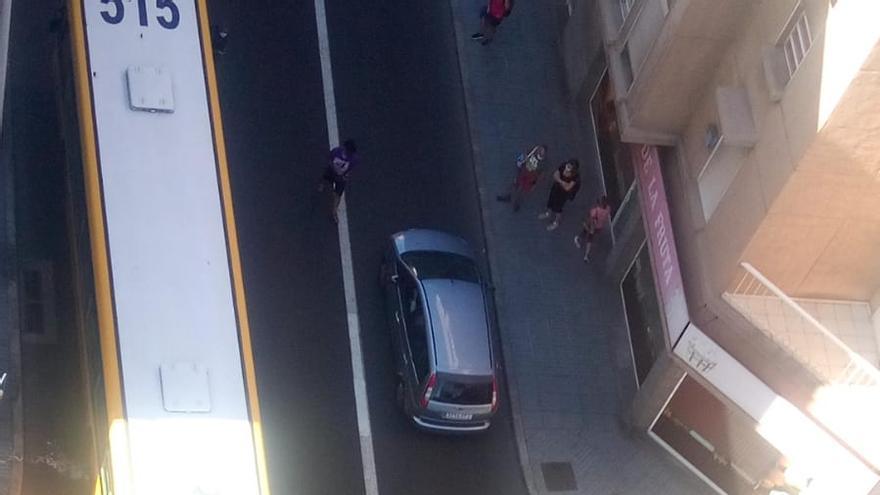 Accidente entre un coche y una guagua en Pío XII