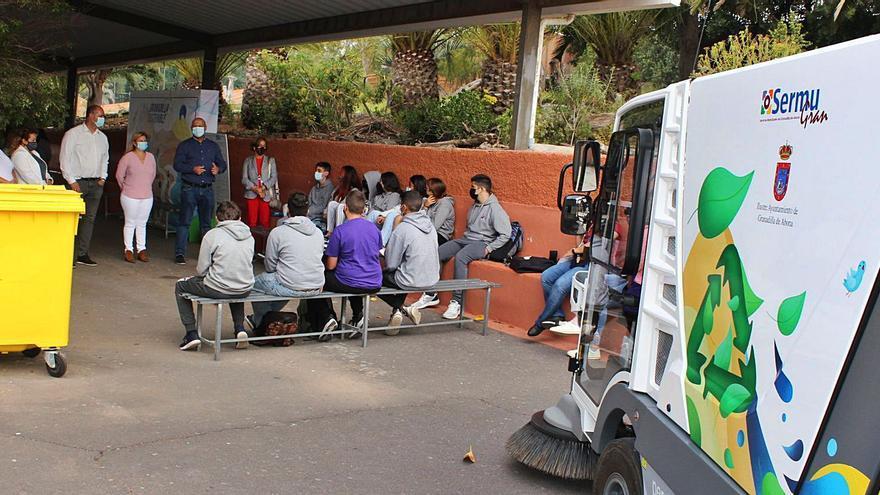 Los granadilleros, los primeros de Tenerife en usar el contenedor marrón de residuos