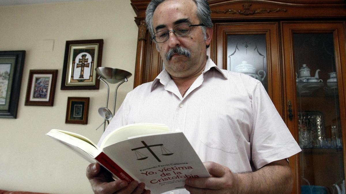 Ferrín Calamita, con un libro que escribió que se llama 'Yo, víctima de la cristofobia'.
