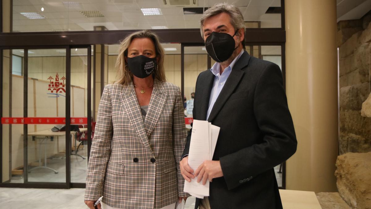 Isabel Albás y Miguel Ángel Torrico tras la junta de gobierno local del Ayuntamiento de Córdoba.