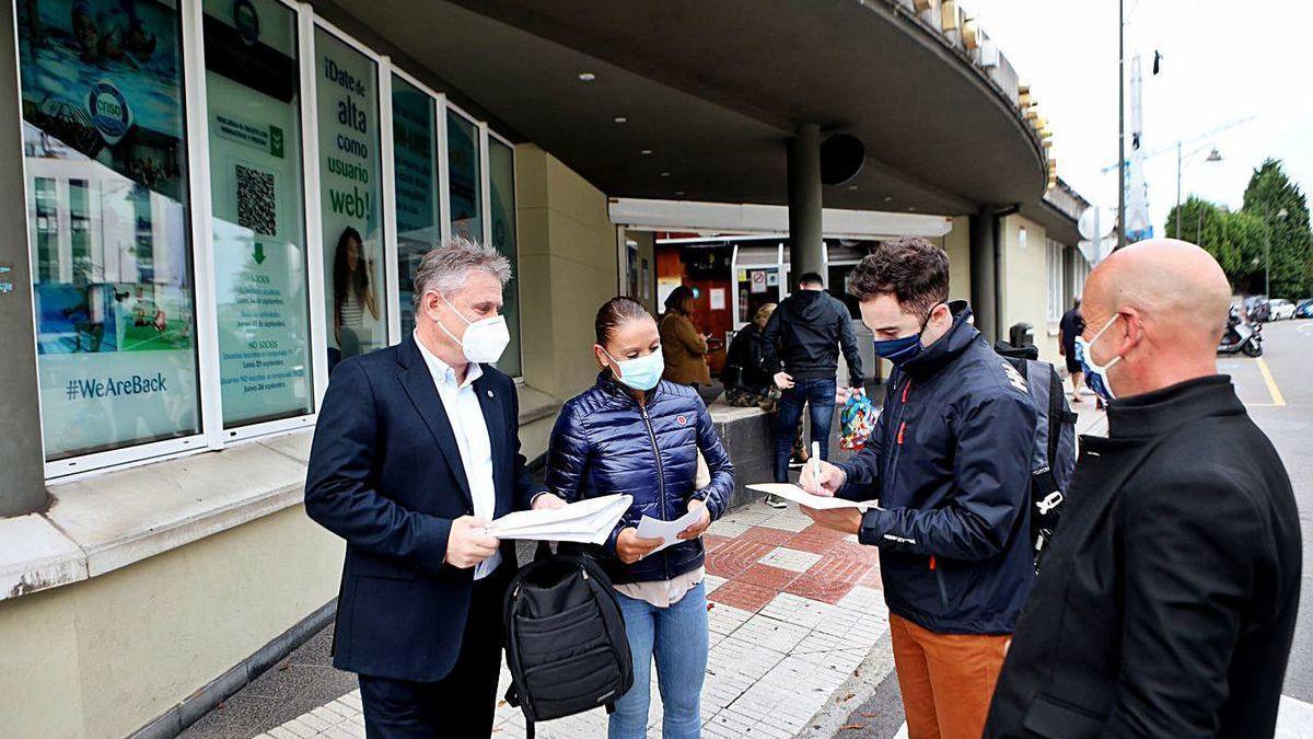 Por la izquierda, José Enrique Plaza, Noelia García y Gonzalo González, junto a un socio que firma un aval.