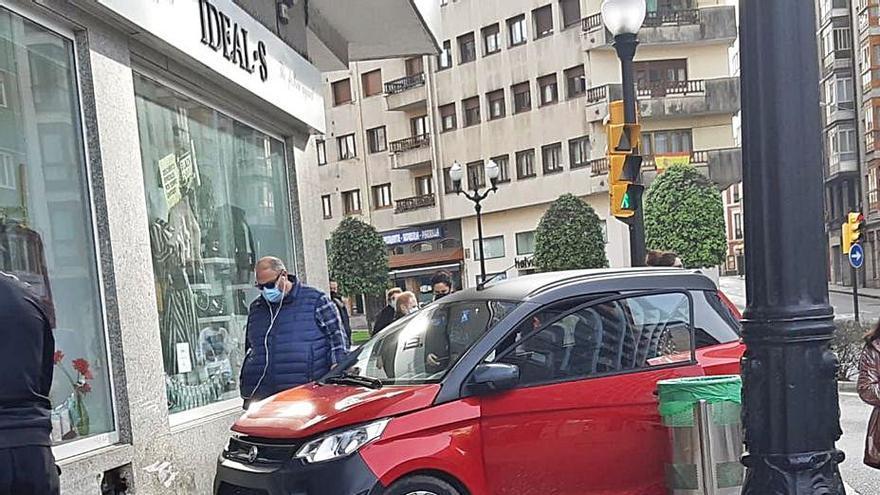 Una conductora estrella su coche en la avenida de la Costa