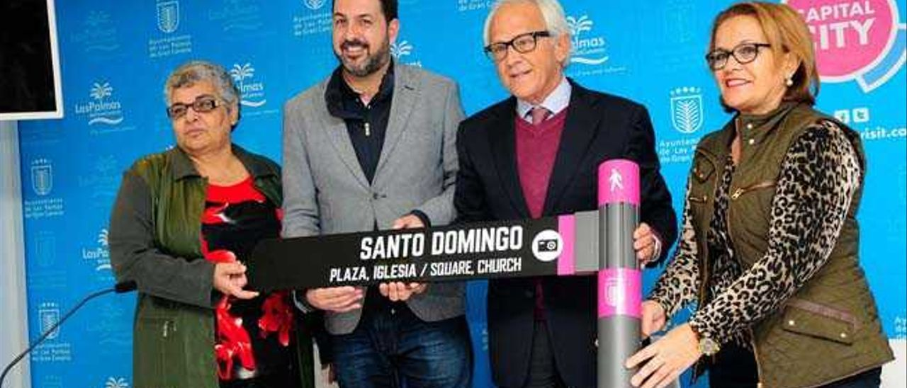 Santana y Barbero con las dirigentes vecinales Santana y Martínez.