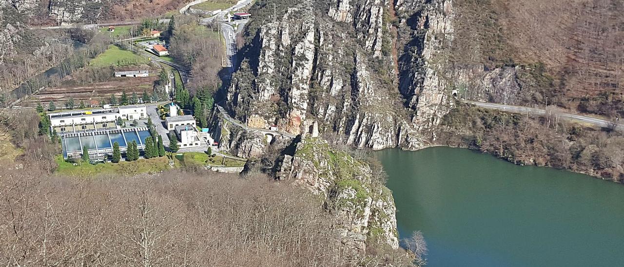 La Estación de Tratamiento de Agua de Rioseco, a la izquierda, con el pantano a la derecha.   L. M. D.
