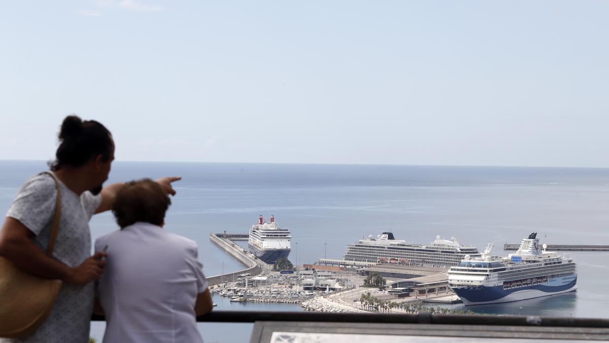 Tres cruceros hacen escala este miércoles en Málaga, vistos desde Gibralfaro.