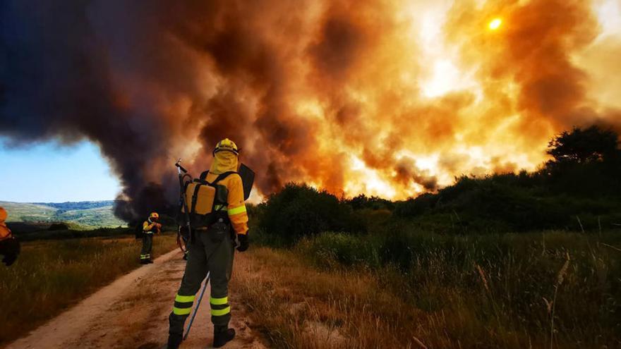 Desalojados 60 vecinos de Monterrei ante el avance de un incendio descontrolado