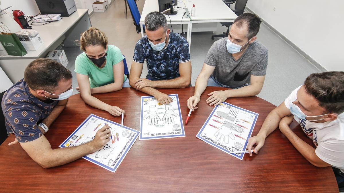 Investigadores de la Facultad de Ciencias de la Actividad Física y del Deporte, en Cáceres, charlan sobre sus últimas creaciones.