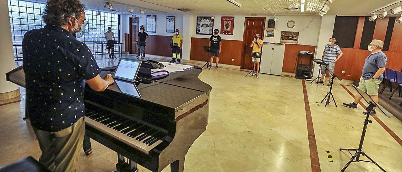 Un instante de los ensayos por parte de un grupo reducido de cantores del Misteri en el sótano de la Casa de La Festa. ANTONIO AMORÓS