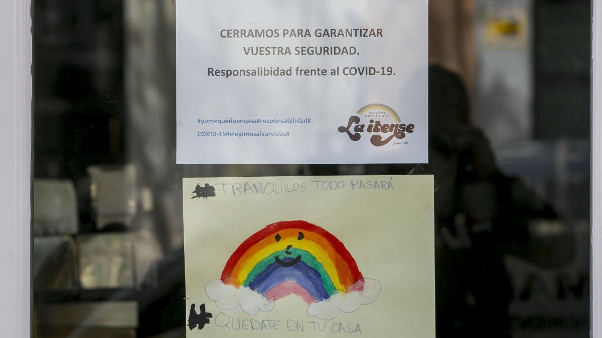 Cartel de cierre por el coronavirus en un comercio de Alicante
