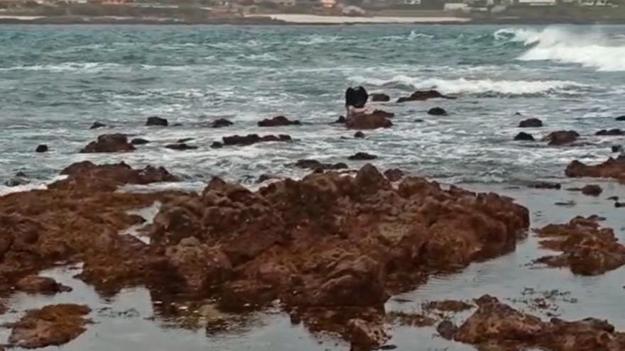 Un furtivo se hace fuerte en medio del mar para evitar ser detenido por la policía en Vigo