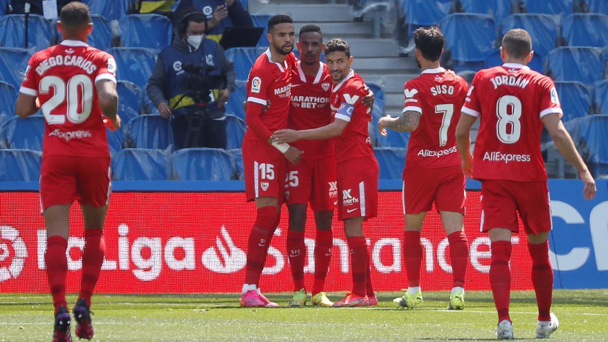 Los jugadores del Sevilla celebran ante la Real Sociedad.