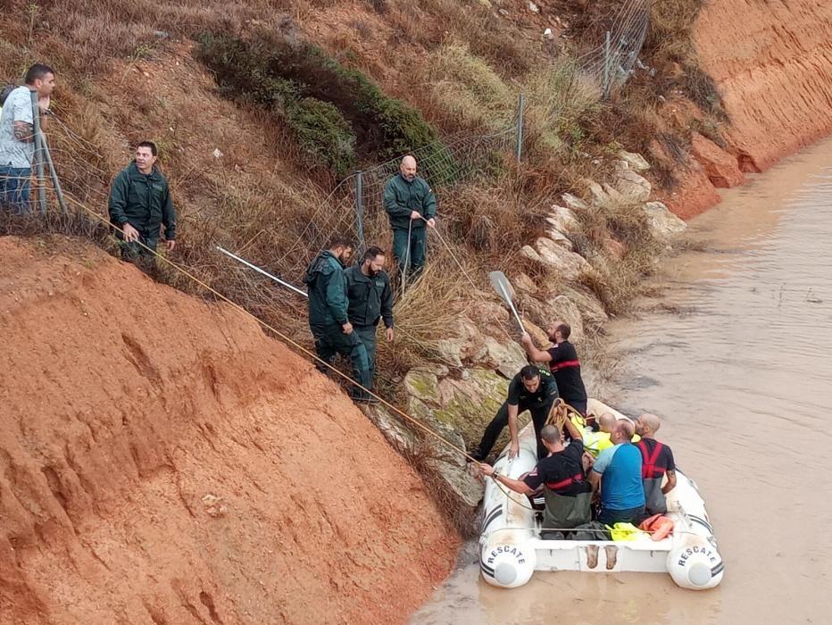 Un hombre evacuado en un túnel de Pilar de la Horadada