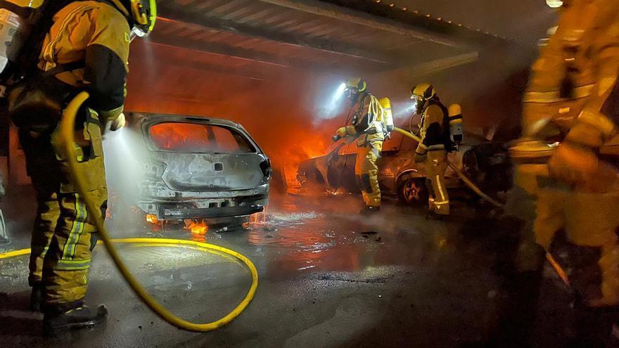 Los bomberos de Torrevieja intervienen en el incendio de cuatro vehículos junto a la pinada de La Mata