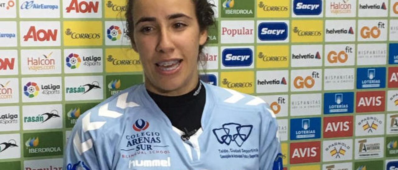 Dara Hernández, con la Copa de la Reina tras la victoria del lunes.