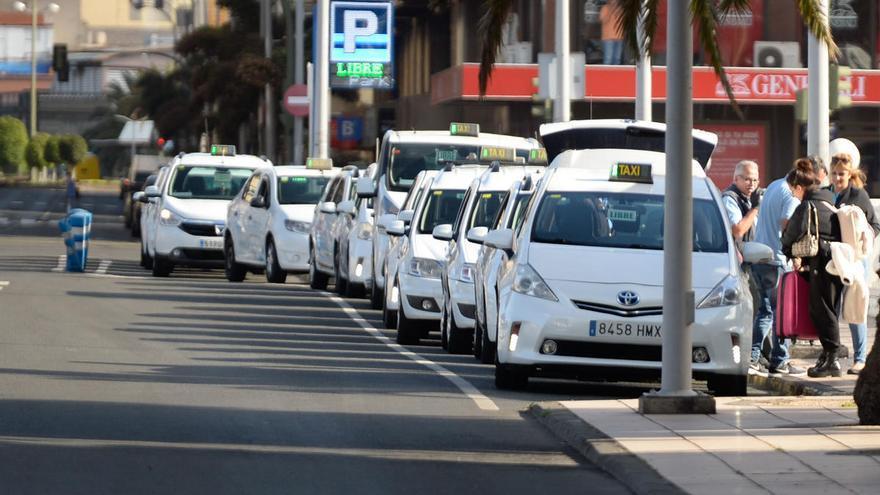El Ayuntamiento acuerda con los representantes del sector aumentar al 66% el servicio de taxis